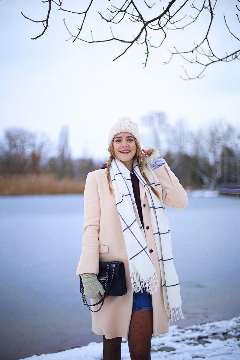 Winterliches Outfit mit rosa Mantel und chaneltasche in München