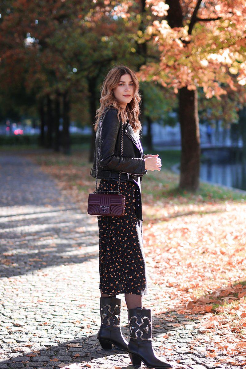 Herbstoutfit mit Midi Kleid von &otherstories und einer Prada Tasche Diagramme in Burgundy