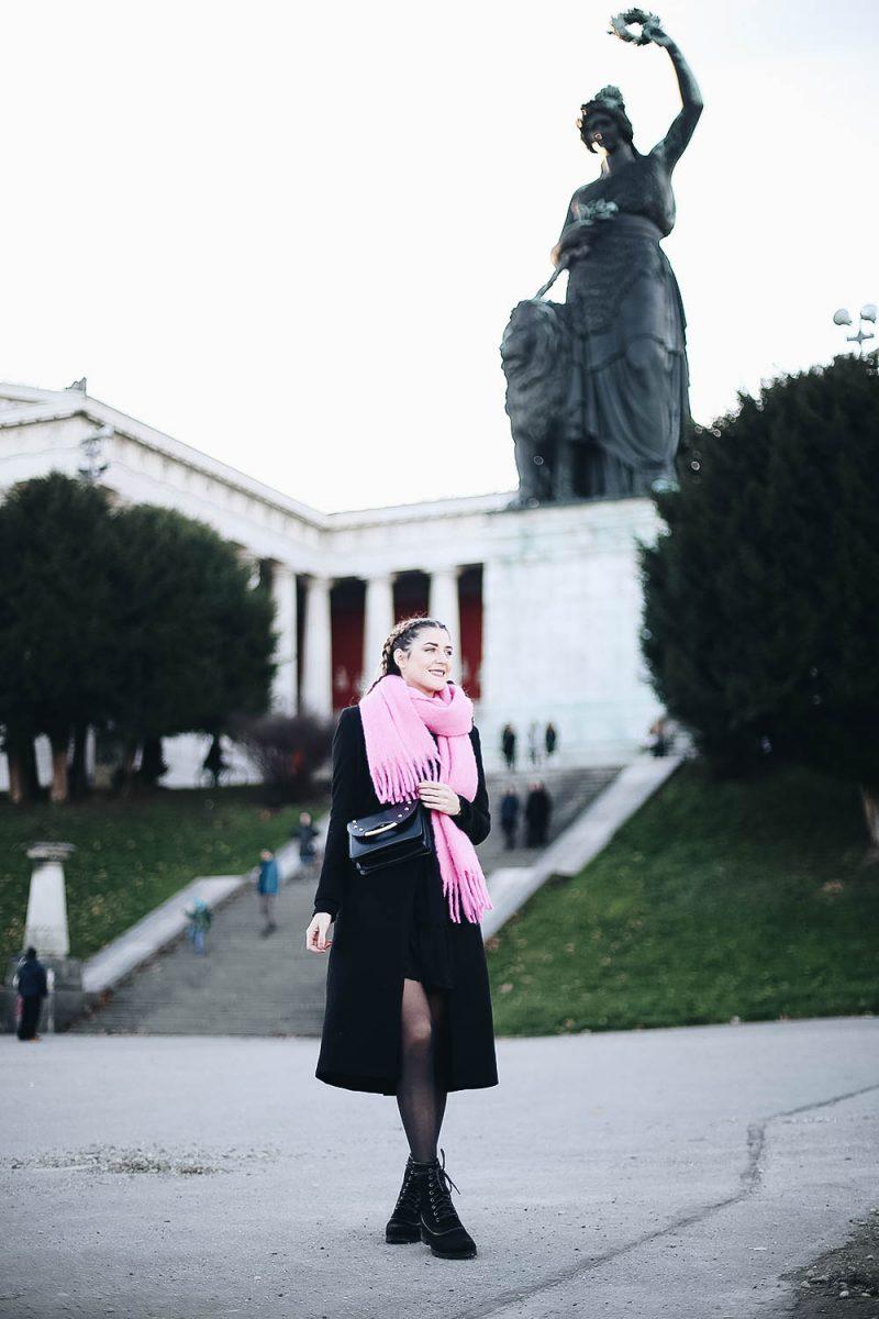 Schwarze Crossbody Tasche von Charlotte Olympia. Fashionblog aus München