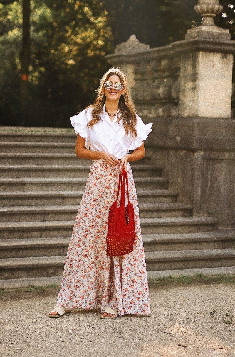 Bluse mit Volants an den Ärmeln kombiniert mit einer Culotte mit Blumenprint und einer selbstgestrickten netbag