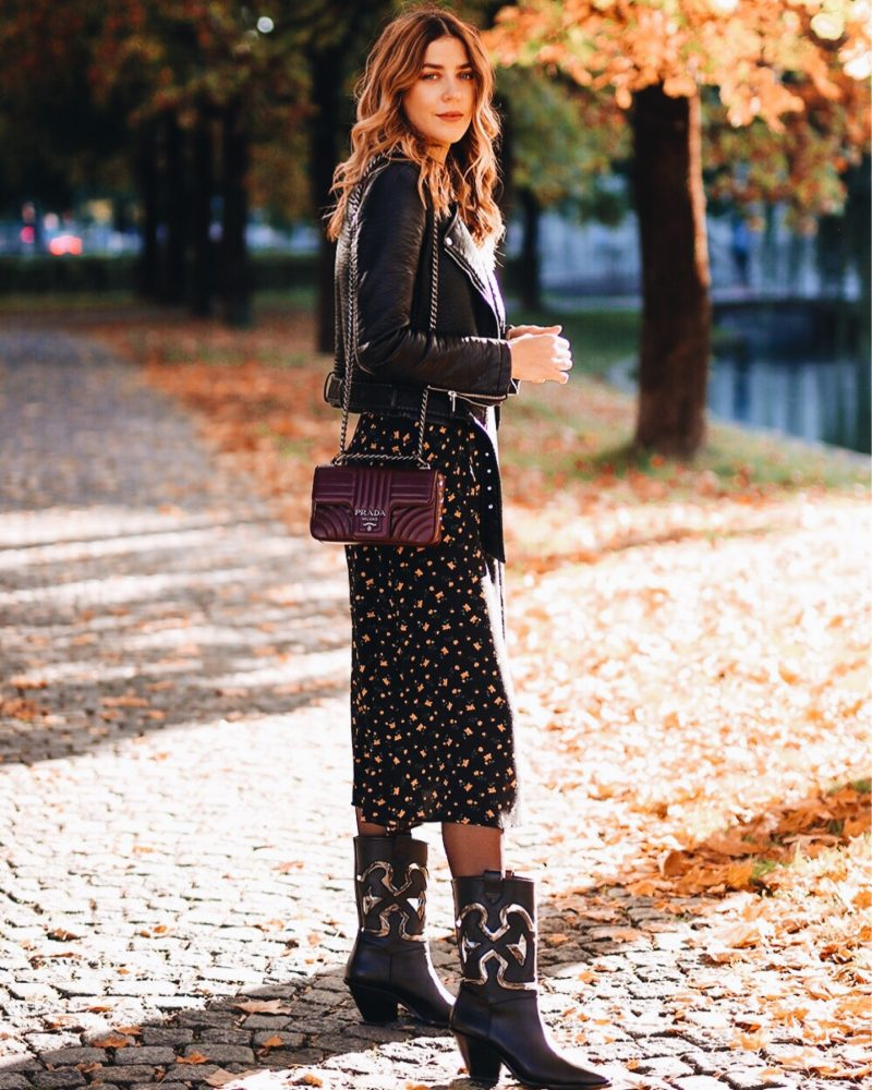 Herbstliches Outfit. Kleid von &otherstories mit der Prada Diagramme Tasche