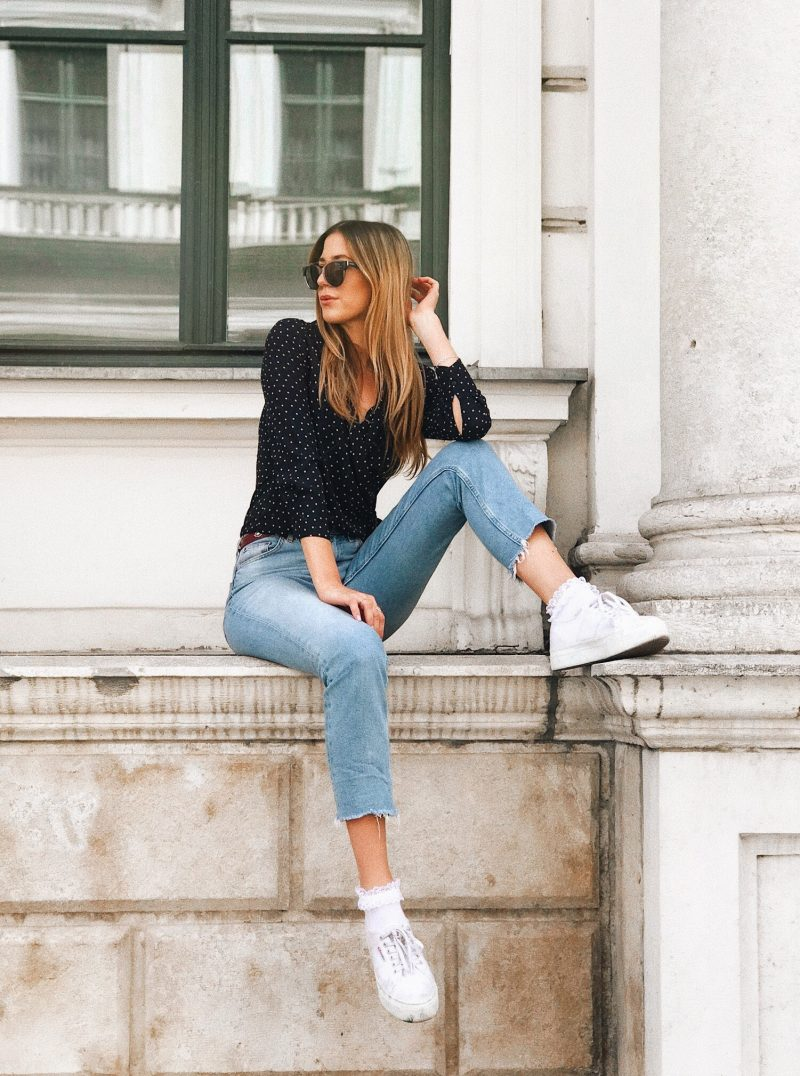 Lässiges Outfit mit einer Jeans von Topshop und weißen Superga flatform Sneakers