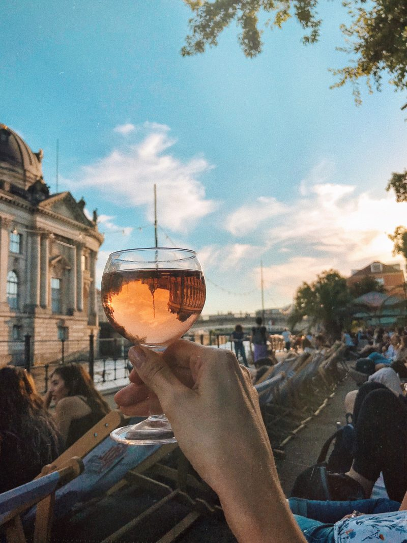 Sonnenuntergang in der Strandbar in Berlin im Sommer
