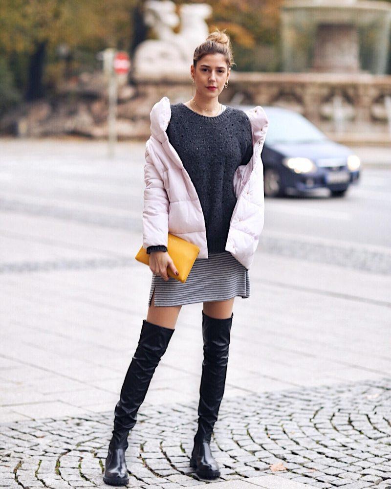 Rosa Steppjacke von Reservedbrand, gelbe clutch von Escada und flache Overknee Stiefel von Zara
