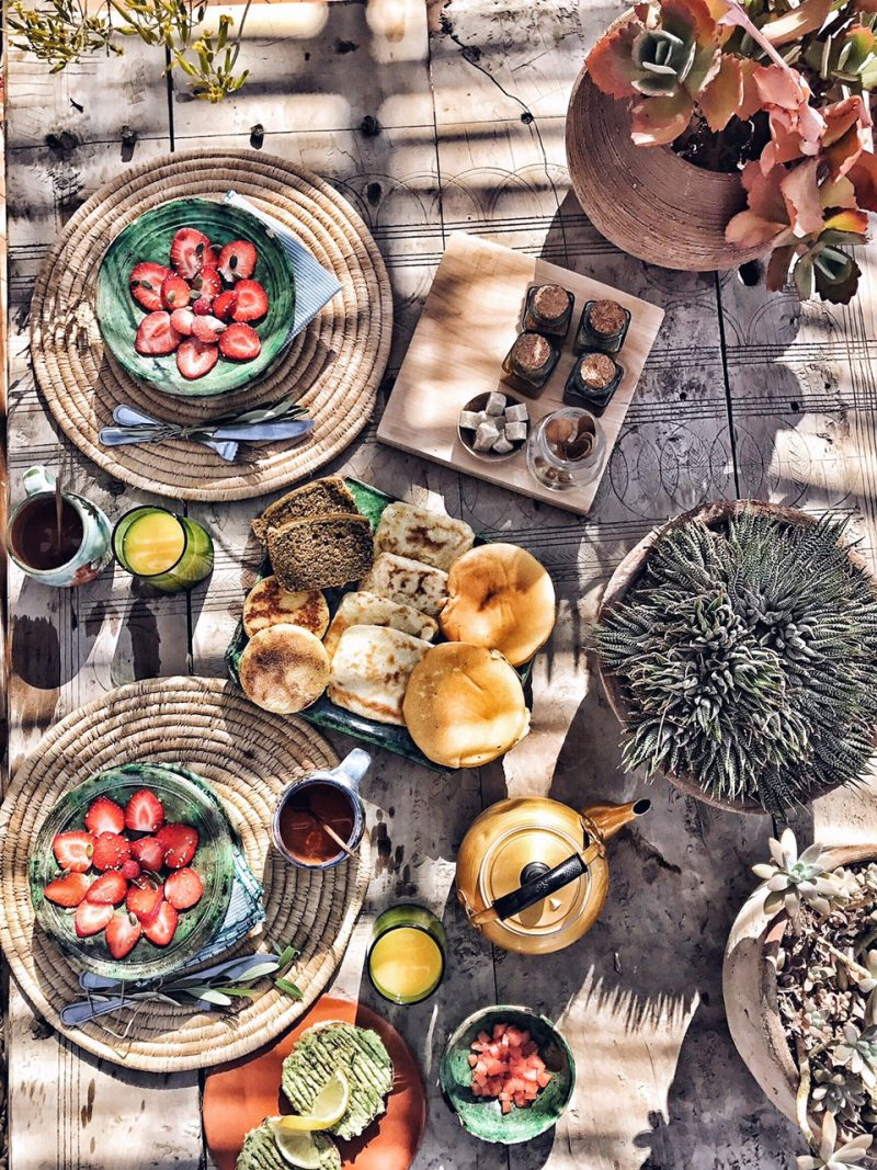 Traditionell marokkanisches Frühstück mit süßem Gebäck. Marrakesch Riad secret Jardin