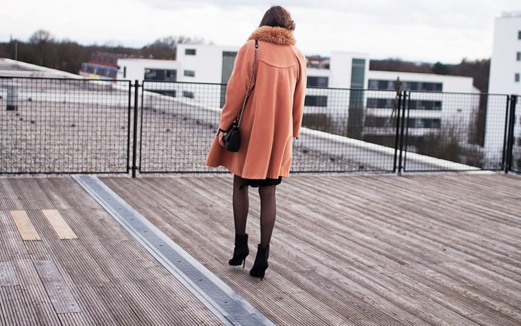 Vintage Coat in apricot with fur collar